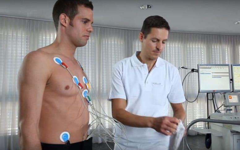 Pose des électrodes pour un électrocardiogramme de repos